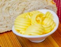 Rebanadas de mantequilla en una placa blanca Fotografía de archivo