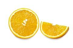 Rebanadas de naranja aisladas en el fondo blanco Trayectoria de recortes Imagen de archivo libre de regalías
