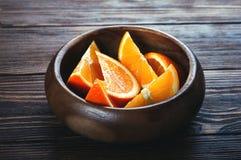 Rebanadas de naranja en una tabla de madera Fotografía de archivo