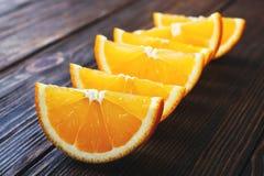Rebanadas de naranja en una tabla de madera Foto de archivo