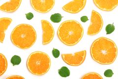 Rebanadas de naranja o de mandarina con las hojas de menta aisladas en el fondo blanco Endecha plana, visión superior Composición Fotografía de archivo