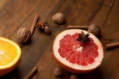 rebanadas de naranjas, de limones y de pomelos en la tabla de madera del vintage Agrios con el anís de estrella, canela consumici Imagen de archivo libre de regalías