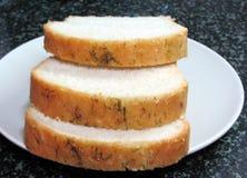 Rebanadas de pan de ajo hecho en casa en una placa blanca Fotografía de archivo