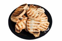 Rebanadas de pan asadas a la parilla en un plato Imagenes de archivo