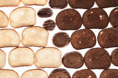 Rebanadas de pan de centeno negro y de pan blanco en un fondo blanco Fondo del alimento Imagen de archivo