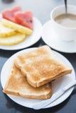 Rebanadas de pan de la tostada en el plato blanco Foto de archivo