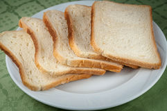 Rebanadas de pan de la tostada en una placa blanca Fotografía de archivo libre de regalías