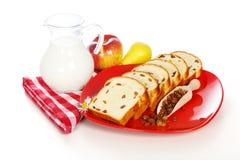 Rebanadas de pan dulce con las pasas y la leche Fotos de archivo libres de regalías