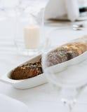 Rebanadas de pan en la tabla Foto de archivo libre de regalías