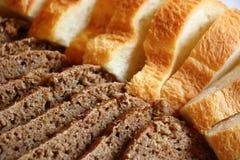 Rebanadas de pan rústico del centeno y del trigo Imágenes de archivo libres de regalías