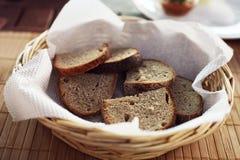 Rebanadas de pan sabrosas en una cesta de mimbre Imágenes de archivo libres de regalías