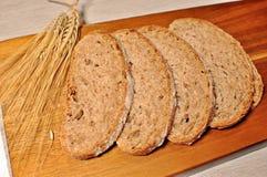 Rebanadas de pan sano del cereal marrón fotografía de archivo
