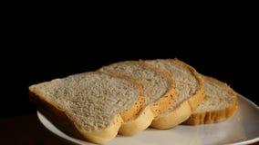 Rebanadas de pan tostado con fluir abajo de la miel en fondo negro Imágenes de archivo libres de regalías