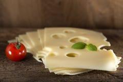 Rebanadas de queso del emmental foto de archivo