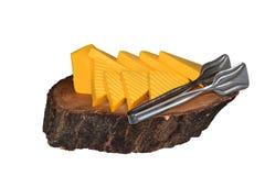 Rebanadas de queso duro en una bandeja de bollos del árbol Imágenes de archivo libres de regalías