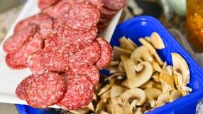 Rebanadas de salami con las setas Imagen de archivo libre de regalías