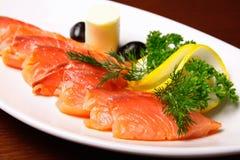 Rebanadas de salmones con el limón Foto de archivo