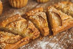 Rebanadas de torta con las peras y el sésamo en fondo de madera oscuro foto de archivo libre de regalías