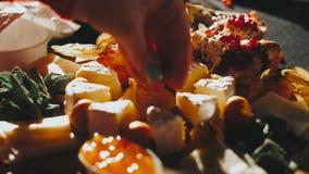 Rebanadas de torta del corte de la fruta, hierbabuena, granada, physalis, jalea almacen de video