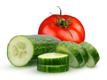 Rebanadas de un tomate entero y del pepino en el fondo blanco Fotografía de archivo libre de regalías