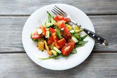 Rebanadas de verduras frescas en una ensalada fotografía de archivo libre de regalías