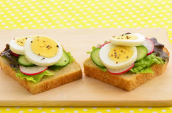 Rebanadas del huevo en el pan del trigo integral Foto de archivo libre de regalías