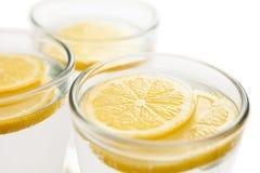 Rebanadas del limón en agua Fotografía de archivo libre de regalías