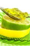 Rebanadas del limón y de la cal con la mermelada Foto de archivo libre de regalías
