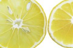 Rebanadas del lim?n en el agua, primer, visi?n superior fotografía de archivo