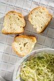 Rebanadas del pan con el plato del guisado Fotografía de archivo libre de regalías