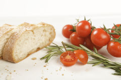 Rebanadas del pan con el tomate y el romero Imagen de archivo