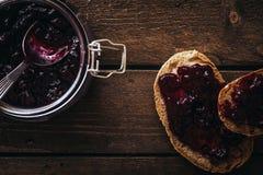Rebanadas del pan con un atasco Fotos de archivo libres de regalías