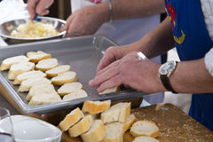 Rebanadas del pan en una bandeja de la hornada Foto de archivo libre de regalías