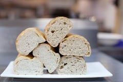 Rebanadas del pan en una placa Imagen de archivo libre de regalías