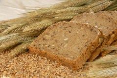 Rebanadas del pan y cereales naturales Imágenes de archivo libres de regalías