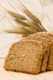 Rebanadas del pan y cereales naturales Imagen de archivo