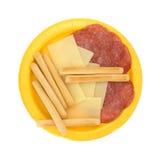 Rebanadas del queso del provolone y salami de Génova más los breadsticks foto de archivo libre de regalías