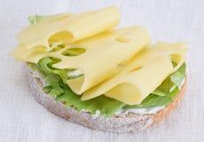 Rebanadas del queso en el pedazo de pan foto de archivo libre de regalías