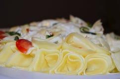 Rebanadas del queso en la ensalada de Mayonaise Fotos de archivo