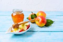 Rebanadas del tarro y de la manzana de la miel, espacio de la copia Imagen de archivo libre de regalías