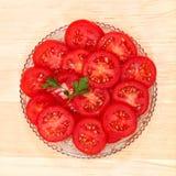 Rebanadas del tomate de las verduras frescas en un plato de cristal Foto de archivo