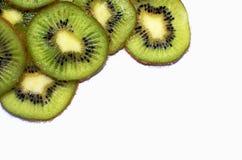 Rebanadas frescas de fruta de kiwi aisladas en el fondo blanco imagen de archivo