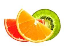 Rebanadas frescas de la naranja, del kiwi y del pomelo aisladas en blanco Imagenes de archivo