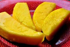 Rebanadas frescas del mango en una placa imagen de archivo