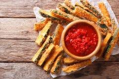 Rebanadas fritas de calabacín con el queso parmesano y el empanar y t Fotos de archivo