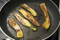 Rebanadas fritas en una cacerola negra, verduras deliciosas, Medi del calabacín Fotos de archivo libres de regalías