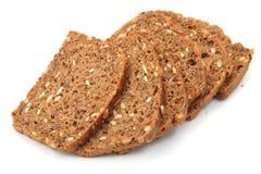 Rebanadas integrales del pan en el fondo blanco Imagen de archivo
