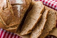 Rebanadas irlandesas del pan de la soda en mantel Imagen de archivo