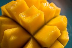 Rebanadas jugosas y coloridas del mango en luz natural imagenes de archivo
