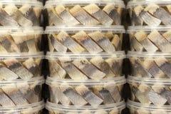 Rebanadas llenadas de arenques salados en un tarro plástico, vista lateral, primer Pescados conservados foto de archivo libre de regalías